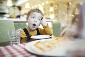 Enfant qui s'ennuie clairement au restaurant !