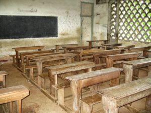 Une salle de classe, vieillotte !