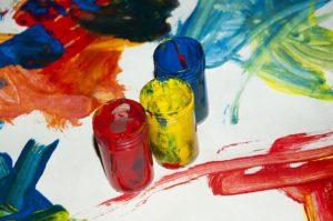 Les joies de la peinture avec les gamins... Ou comment passer ses journées à faire tourner une machine à laver !