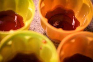 Le caramel au fond des pots réutilisables. Ça sent déjà bon !